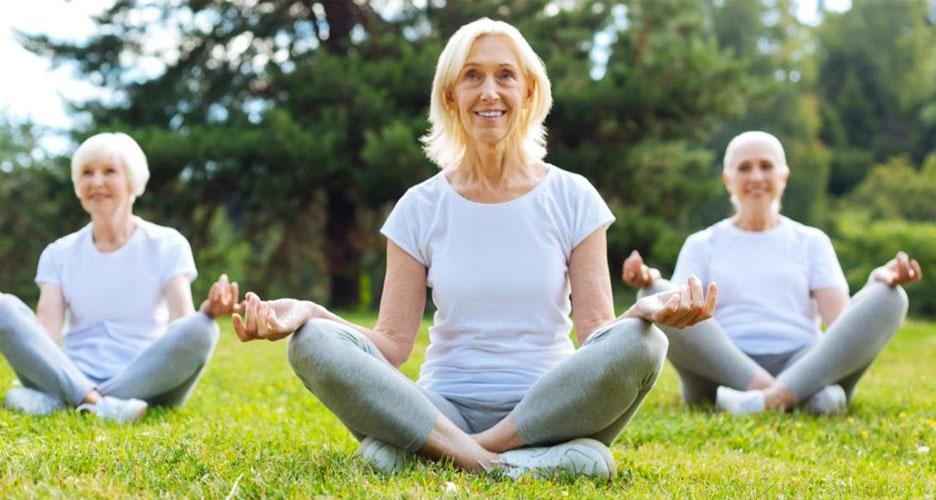 Les yogas doux, dédiés aux personnes âgées